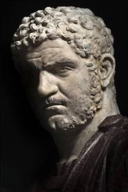 Ritratto di Caracalla Nella Sala degli Imperatori di Palazzo Nuovo ai Musei Capitolini, su mensole marmoree lungo le pareti, sono allineati ritratti di imperatori ed imperatrici o di personaggi dell'età imperiale, non sempre di sicura attribuzione. La raccolta documenta lo sviluppo della ritrattistica romana di età imperiale fino al periodo tardo-antico. Scultura del 215-217 d.C. in marmo, il ritratto di Caracalla fa parte della serie maschile degli imperatori attraverso cui si può, tra l'altro, seguire l'evoluzione del modo di portare i capelli e la barba. PER CHI: Per chi preferisce alla perfezione qualche difetto somatico. Per chi ha forti interessi tricologici oltre che di storia romana. Per chi apprezza i bagni termali. Per chi è incline a credere che l'ambizione e la crudeltà possano leggersi nei tratti del volto DOVE: puoi trovare l'opera a Palazzo Nuovo dei Musei Capitolini — presso Musei Capitolini.
