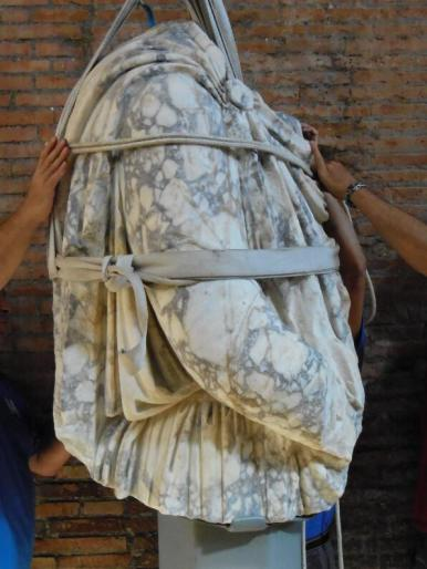 Legato, ma non prigioniero! Un Dacio dal Foro di Traiano viene smontato dal suo sostegno per il restauro #MuseumWeek