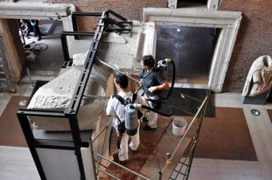 Ai Mercati di Traiano @museiincomune il lunedì è giorno di depolveratura dei reperti #MuseumWeek #adayinthelife