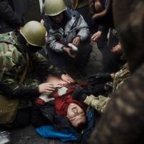 Ucraina. Kiev. 2014. 20 febbraio. Un manifestante colpito a morte da un cecchino