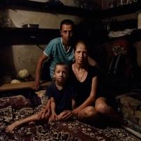 Ucraina. 2014. Sloviansk. 22 maggio. Villaggio di Semionovka. Constantine (37 anni), sua moglia Yana (29) e il figlio Egnat (6) hanno passato la notte in cantina per ripararsi dai bombardamenti