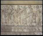 Terzo grado: di Giulia in Giulia… Giulia maggiore, figlia di Augusto e della prima moglie Scribonia, era molto amata dal padre, cosa che non le risparmiò di essere la prima esiliata celebre della storia di Ventotene. Nella foto particolare della Processione sul lato meridionale con i flamines seguiti da Agrippa, il piccolo Gaio Cesare e una figura femminile identificata come Livia, o, più probabilmente Giulia, nel Museo dell'Ara Pacis. Rivivi la storia di Augusto e dell'Altare alla Pace da lui fatto erigere nel 9 a.C. con l'#ARAcomera, tutte le sere in 3D!
