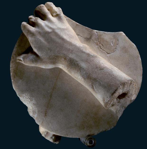 Discobolo: frammento mano destra con disco (copia da un originale di Mirone della metà del V secolo a.C.)