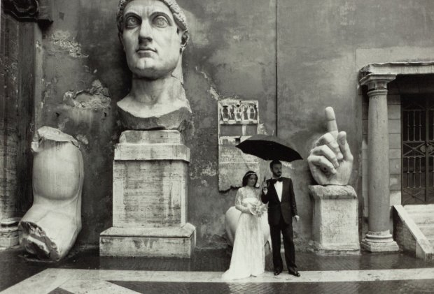 Gianni Berengo Gardin, Sposi nel cortile di palazzo dei Conservatori, 1986