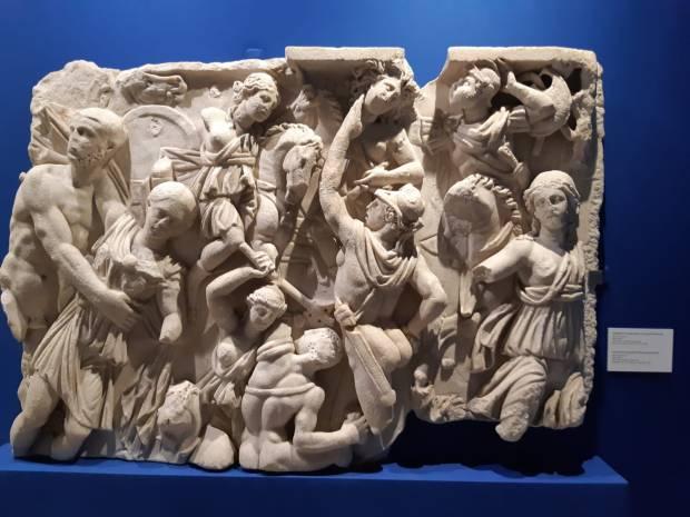 Cratere attico a figure rosse firmato dal ceramografo Euphronios, raffigurante Ercole in lotta contro Kyknos, inv. provv. NY-SW1. Databile intorno al 510 a.C. Restituito dal Metropolitan Museum of Art di New York nel 2010