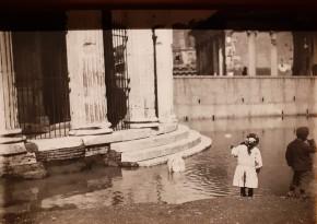 Bambini giocano al tempio di Ercole dopo l'esondazione