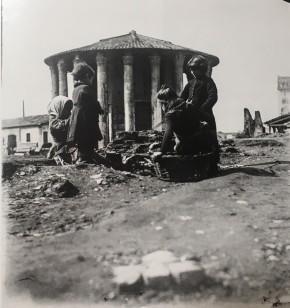 Bambini giocano nei pressi del tempio di Vesta