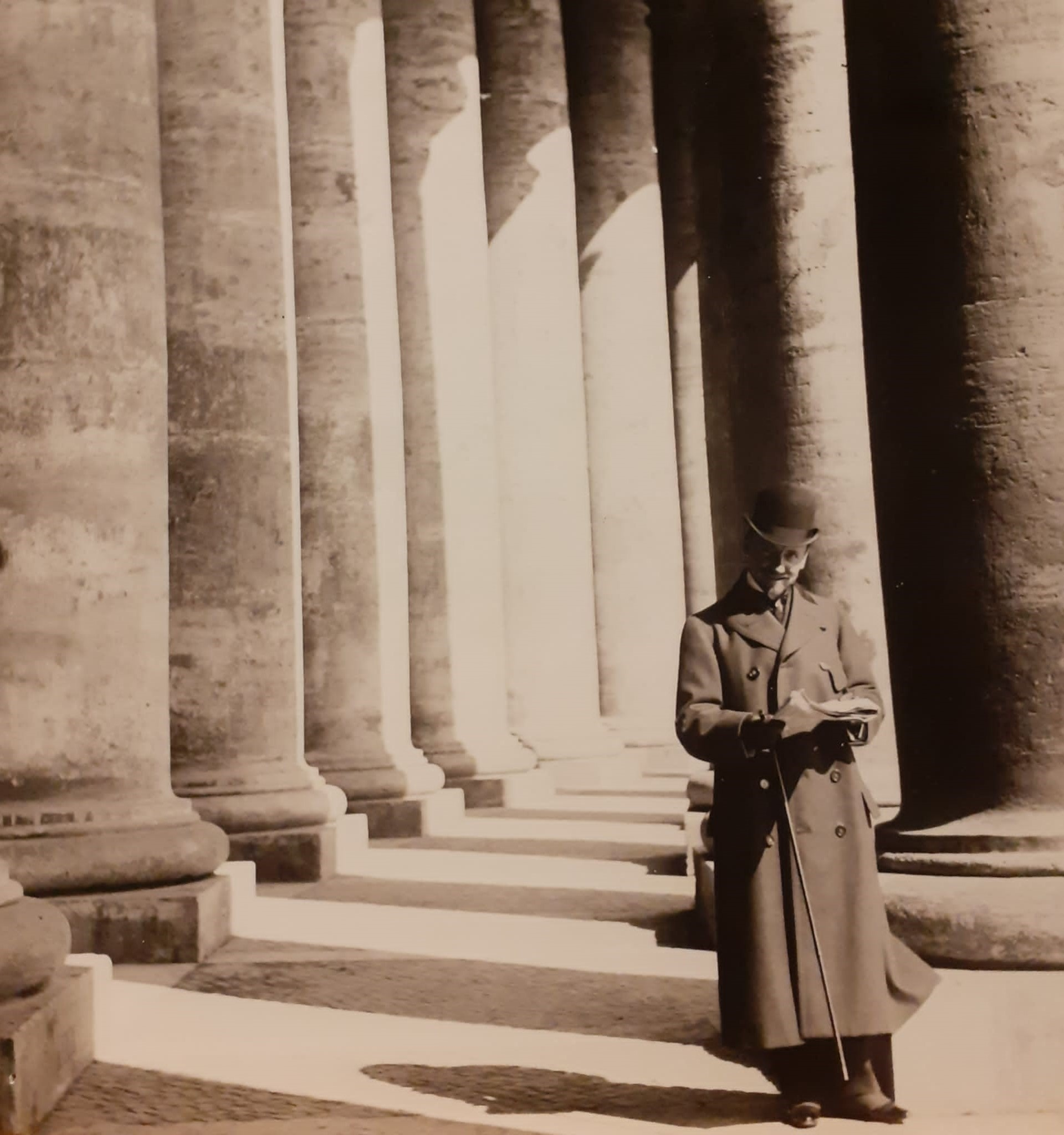 Gabriele D'Annunzio al colonnato di San Pietro